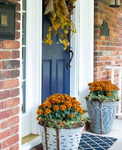foto7 front-porch-fall-decor-olive-bucket-mums
